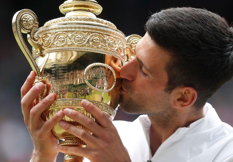 Novak Djokovic met zijn trofee. Beeld REUTERS