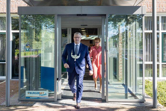 De kersverse burgemeester van Staphorst loopt trots met de ambtsketting het gemeentehuis uit voor een fotosessie met zijn echtgenote Nannie. Kort daarvoor werd Jan ten Kate beëdigd.