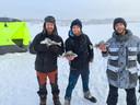 De drie waren blij dat ze na dagen eindelijk wat te eten hadden, vis van een ijsvisser die voorbijkwam.