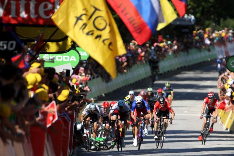 Mark Cavendish smakt tegen het asfalt in de beruchte rit naar Vittel. Peter Sagan werd toen uitgesloten. Beeld Getty Images