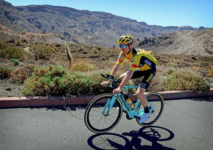 Steven Kruijswijk trainend op de flanken van de Teide-vulkaan.