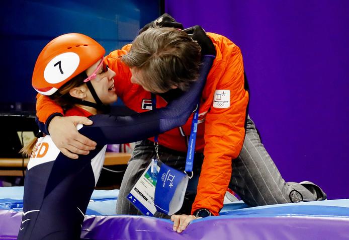 Gouden Suzanne Schulting met Jeroen Otter na de finale van de 1000 meter.