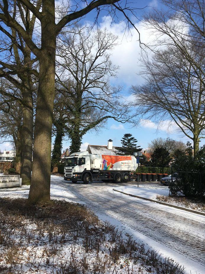 Twente Milieu gaat vanaf maandag weer grijze en oranje containers inzamelen.