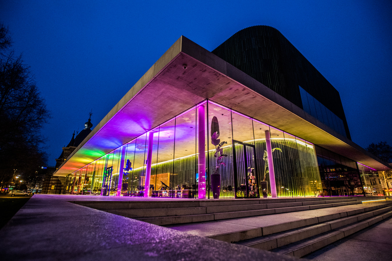 De Parkzaal van concertgebouw Musis in Arnhem is dezer dagen gehuld in regenboogkleuren.