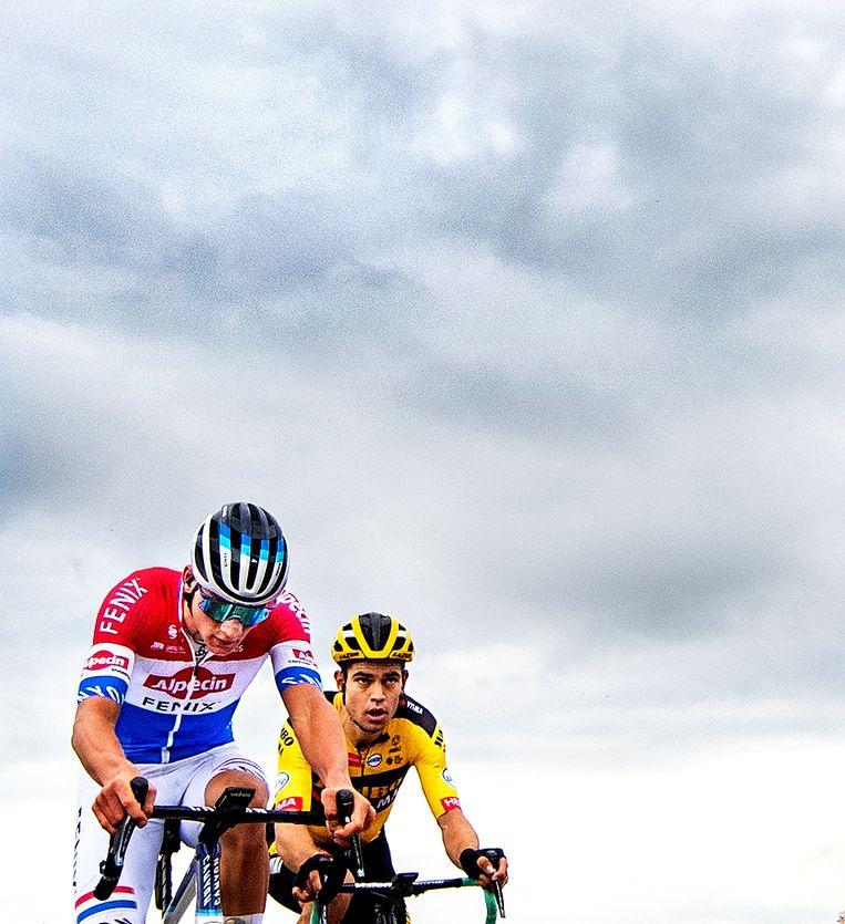 Mathieu van der Poel leidt in de Ronde van Vlaanderen, voor Wout van Aert. Beeld Klaas Jan van der Weij