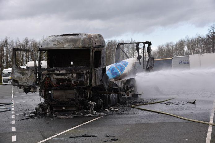 Uitgebrande vrachtwagen bij tankstation langs de A2 tussen Breukelen en Maarssen.