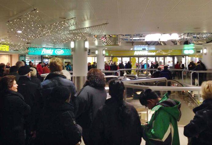 De ANWB Winkel in Spijkenisse, hier nog met een lange rij klanten voor de deur, gaat in december sluiten.