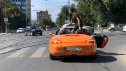 Voetganger laat zich niet doen door stilstaande Porsche