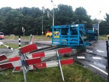 Vrachtwagen met heipalen gekanteld; N57 bij Serooskerke (S) nog hele dag gestremd