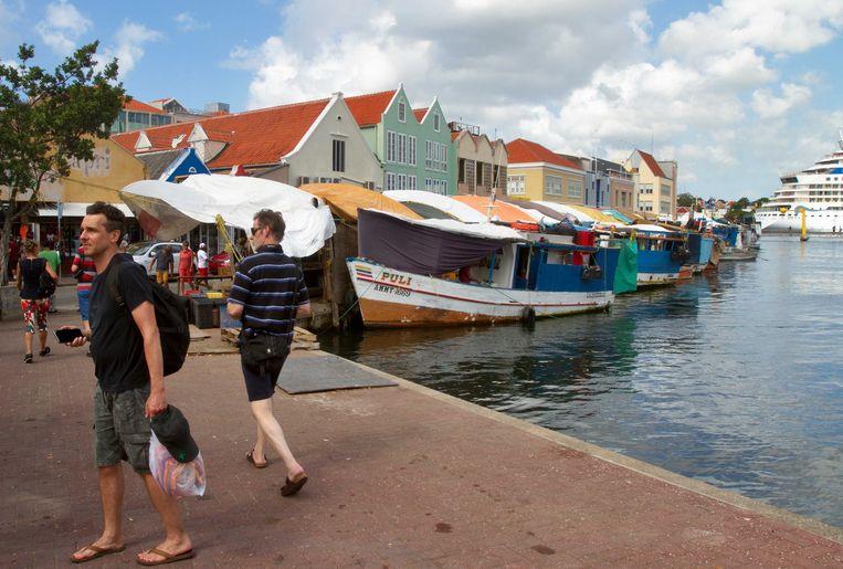 De achterkant van de drijvende markt in de haven van Curaçao.  Beeld ANP