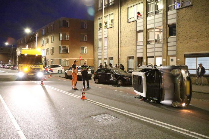 Bestuurder ramt geparkeerde auto op Parallelweg in Den Haag.