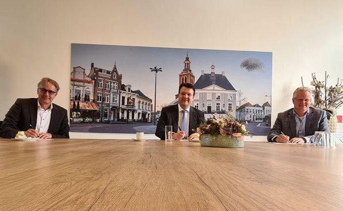 Rob van Son van Alwel, burgemeester Han van Midden en Marc van der Steen van Stadlander (vlnr) ondertekenen een convenant om woonfraude strenger aan te pakken.