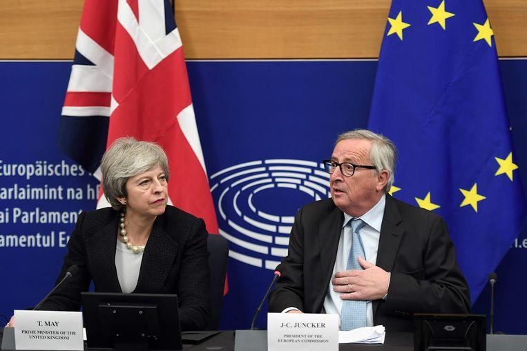 De Britse premier Theresa May (links) naast voorzitter Jean-Claude Juncker van de Europese Commissie.