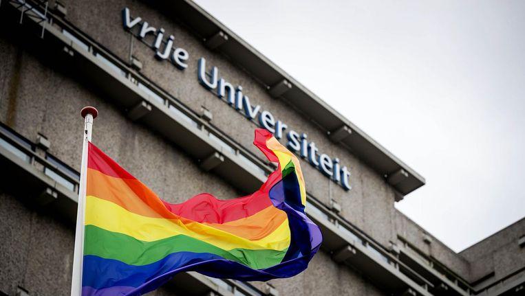 Fier wappert de regenboogvlag bij de VU om steun te geven aan de lhbt-gemeenschap Beeld ANP