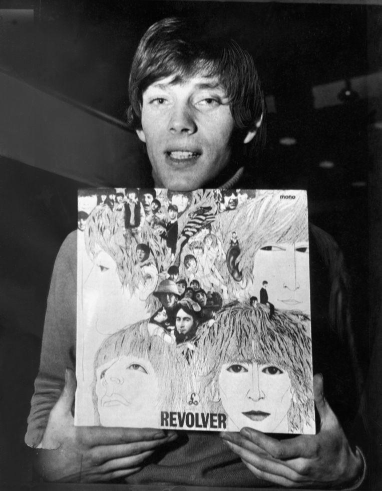 Klaus Voormann met de door hem ontworpen hoes van het Beatles-album Revolver. Beeld Getty