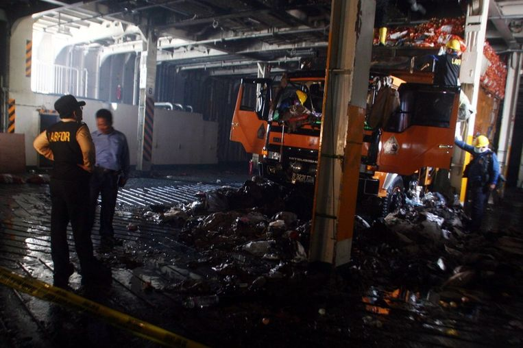 De forensische politie inspecteert een truck die zich op de brandende ferry bevond. Beeld epa