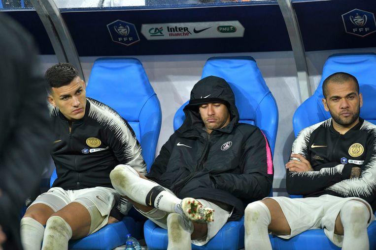 Neymar (centraal) en Dani Alves (rechts) scoorden allebei, maar werden voortijdig naar de kant gehaald door coach Tüchel.