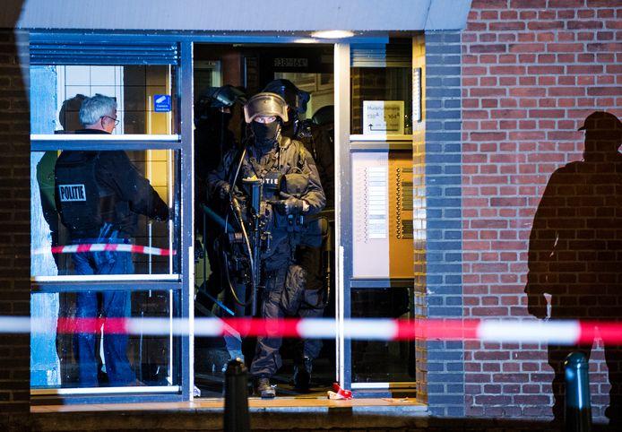 Een arrestatieteam bij een flat op de Mathenesserweg tijdens een anti-terreuractie in Rotterdam-West in 2016.