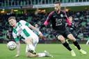 Django Warmerdam in duel met Utrecht-middenvelder Bart Ramselaar.