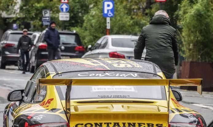 Geen fietsers inhalen is de boodschap in de Rijselsestraat.