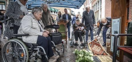 Monument onthuld voor slachtoffers van explosie tijdens bevrijdingsfeest in Oldenzaal 'Het voelt als een bevrijding'