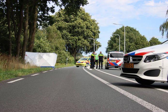 De plek van het ongeluk wordt afgeschermd met een wit scherm. De motorrijder heeft het ongeluk niet overleefd.