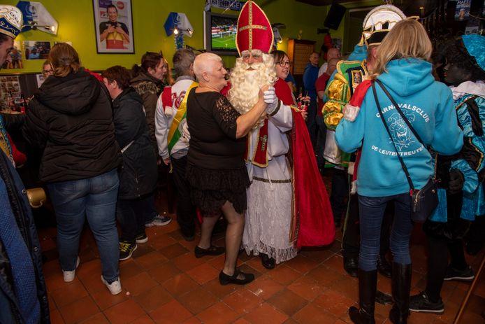 Sinterklaas bouwt feestje in café Den Dries in Wetteren.