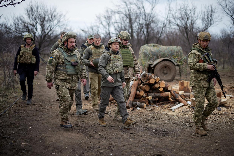 De Oekraïense president Zelenski (midden) bezocht op 8 april de frontlijn met de separatistische gebieden, die gesteund worden door Rusland.   Beeld Reuters
