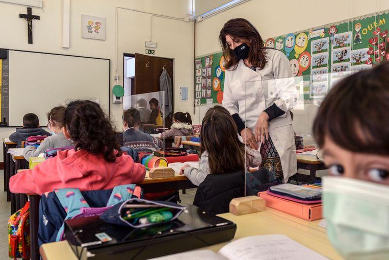 Portugese basisschoolleerlingen mochten in maart weer terug naar hun klaslokalen. Beeld EPA