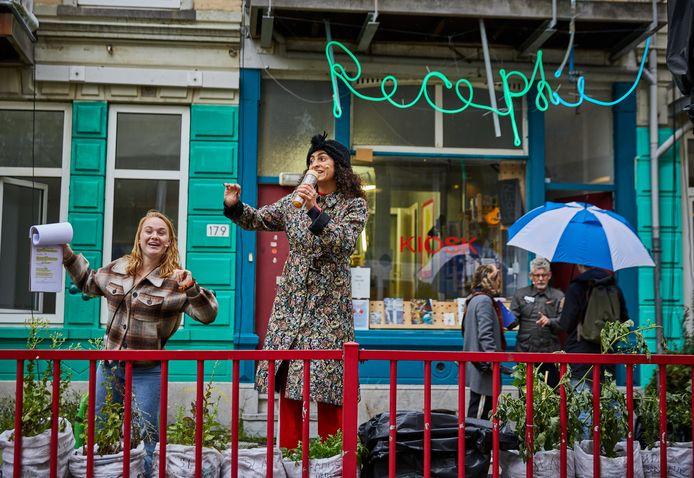 De cast repeteert voor de openluchtvoorstelling 'Slopera' in de Almondestraat, onder de paraplu John Buijsman.