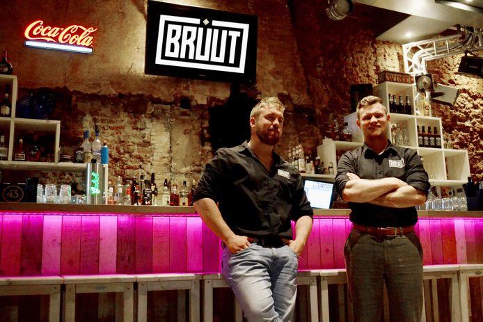 Bruut-eigenaar Bob Kooistra en juridisch adviseur Marijn de Jong ten tijde van de overname vorig jaar.