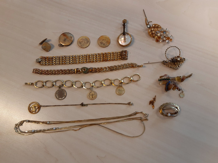 Enkele van de door duikers in de Wellerwaard gevonden sieraden