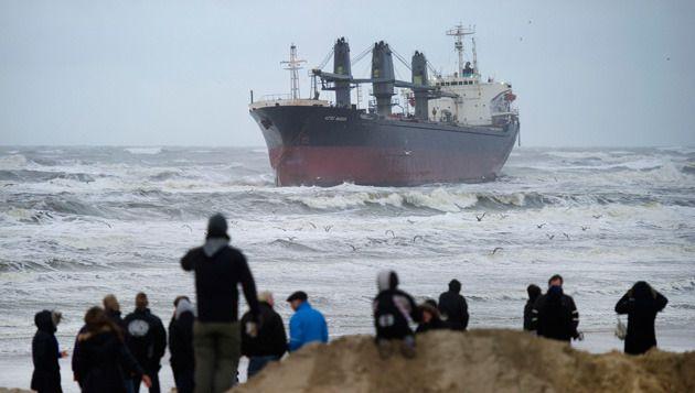 Het Filipijnse schip Aztec Maiden is vrijdagochtend voor de kust van Wijk aan Zee vastgelopen. © anp