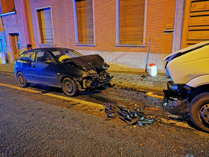 De Seat Ibiza knalde frontaal tegen de bestelwagen.
