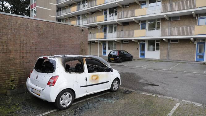 Auto brandt volledig uit bij Kamperfoelieflat in Roosendaal