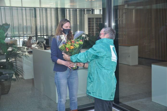 Evelyn Bracke werd door ACV-afgevaardigde Christ in de bloemetjes gezet voor het mooie werk tijdens de coronacrisis.