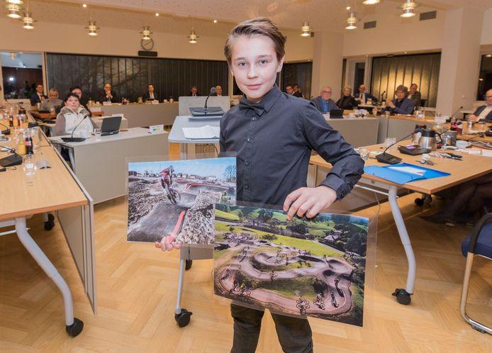 Boaz van Houte, op de foto een paar weken geleden in de raadszaal in Kruiningen, is verkozen tot allereerste kinderburgemeester van Reimerswaal