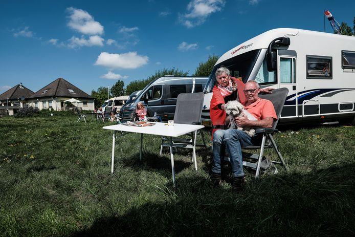 Henk en Margriet Lievenstro genieten van het mooie weer voor hun camper in Tolkamer.