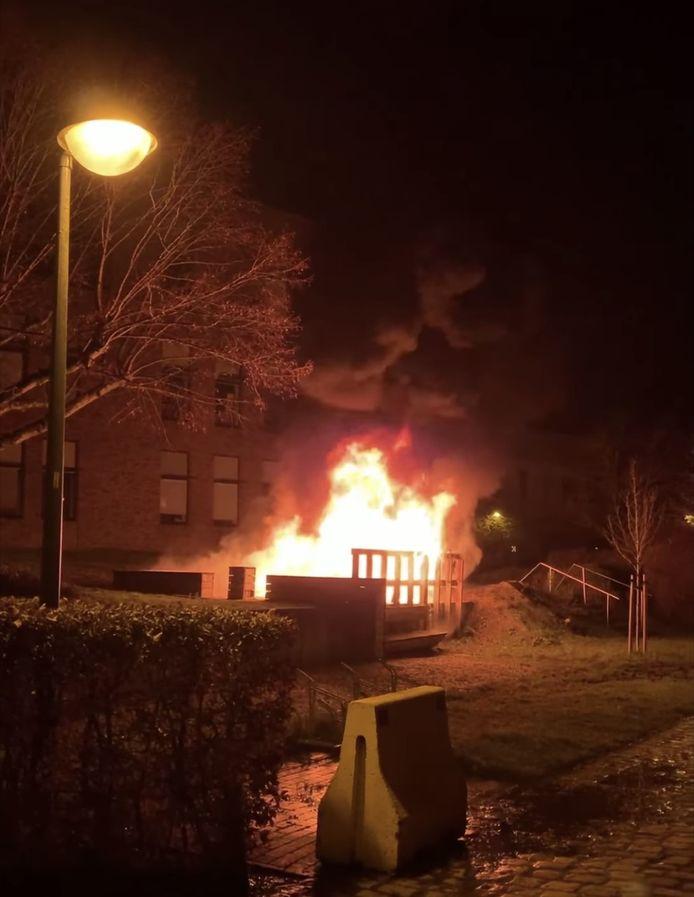 Vandalen steken picknickbank in centrum Hoeilaart in brand.
