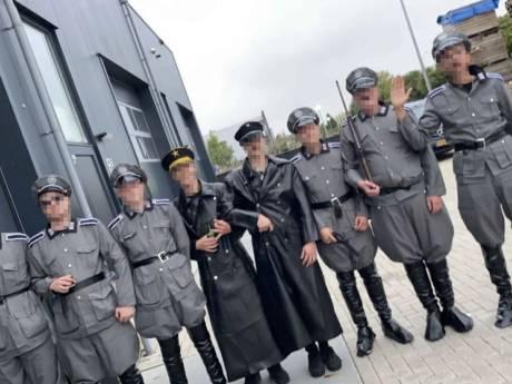 Politie doet huiszoekingen bij 'nazi-jongeren' Urk, pakt man (19) op voor wapenbezit
