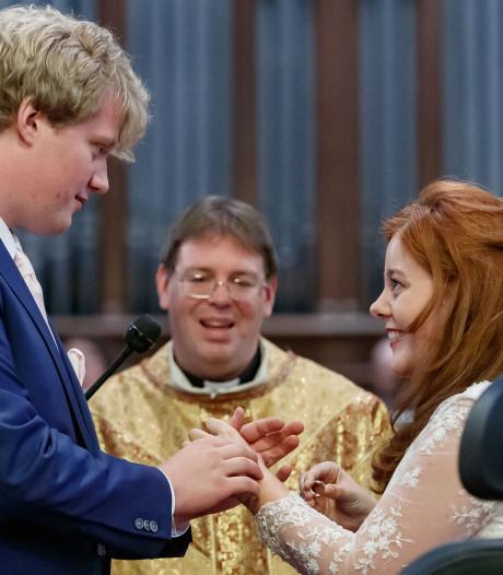 Amber staat op en trouwt haar Jos