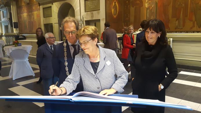 Gemeentesecretaris Irma Woestenberg schrijft als laatste iets in het receptieboek