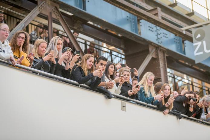 Iedereen op ROC Twente wilde snel een foto nemen van Koning Willem-Alexander.