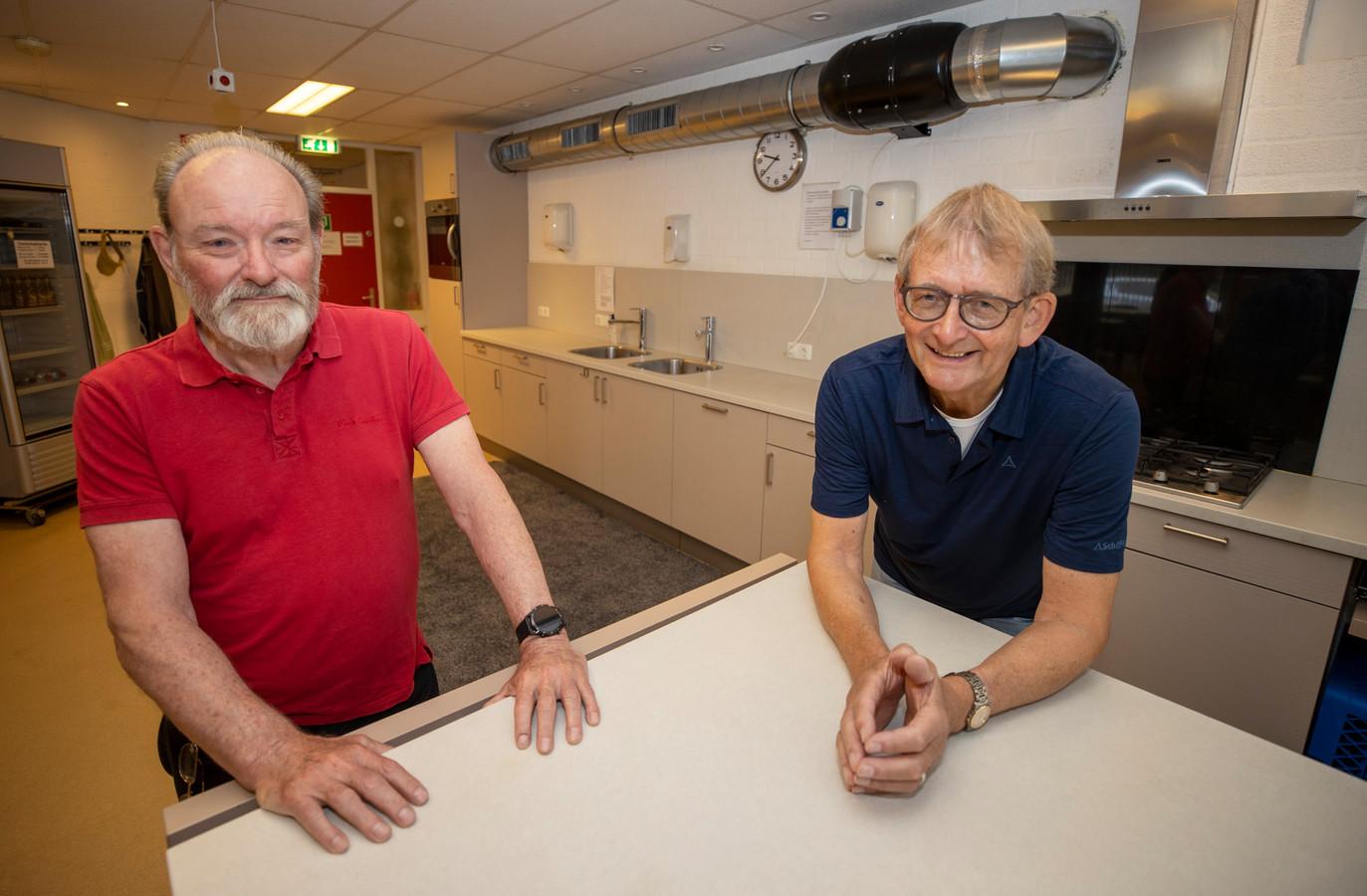 Voorzitter Joop Scholing (rechts) en techneut Cees de Lange bij het nieuwe ventilatiesysteem.