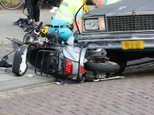 Twee jongeren op scooter gewond bij botsing met auto in Oss