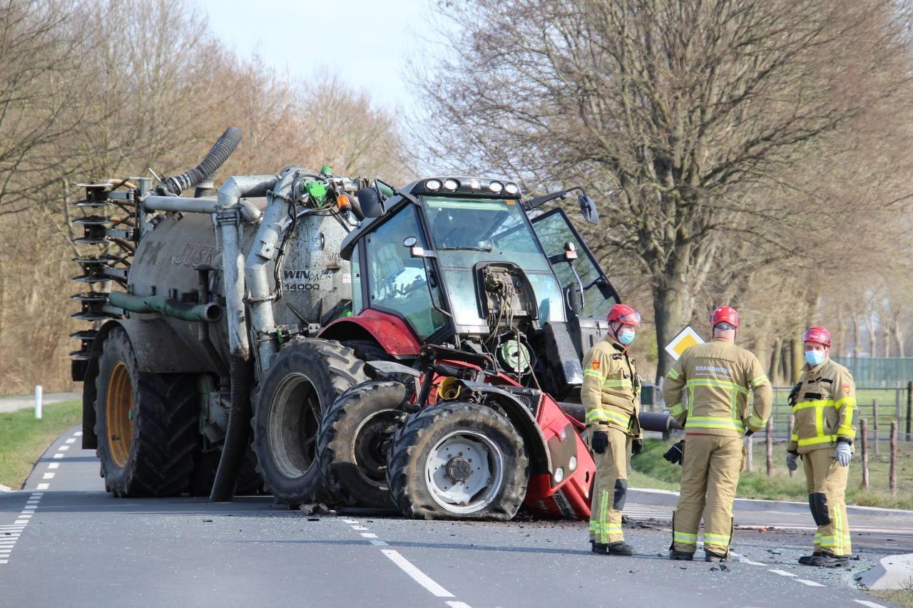 De tractor raakte flink beschadigd.