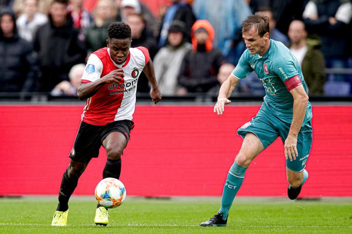 Peet Bijen in duel met Luis Sinisterra van Feyenoord.