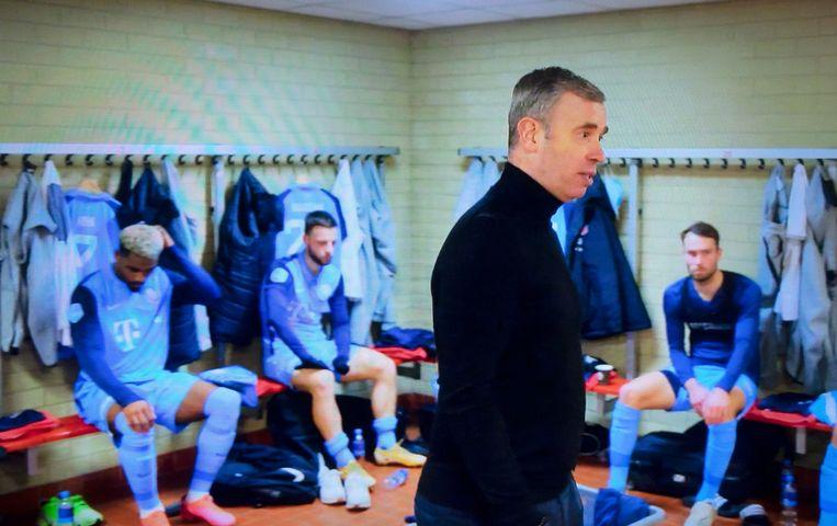 FC Utrecht-trainer René Hake spreekt zijn spelers  toe in de kleedkamer. Beeld