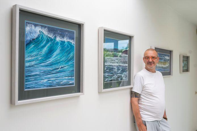"""Jan De Zutter bij enkele van zijn pastels in galerie Berkenveld. """"Ik vertel geen verhaal. Voor mij gaat het om het wonder van het moment."""""""