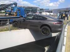 Bestuurder vergist zich van versnelling: Porsche Panamera van 130.000 euro dondert bijna ondergrondse parking in
